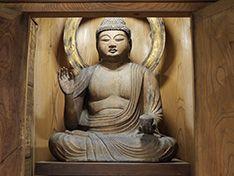 かんなみ仏の里で仏像を心静かに鑑賞する