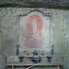 白岩山にひっそりとまつられる岩壁窟画を覗き見る